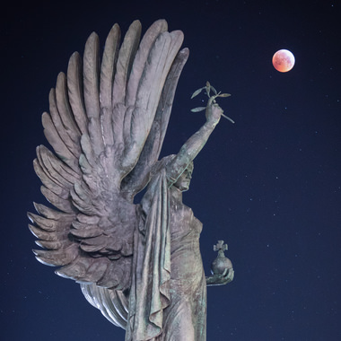 Super blood wolf moon and Hove Peace Statue